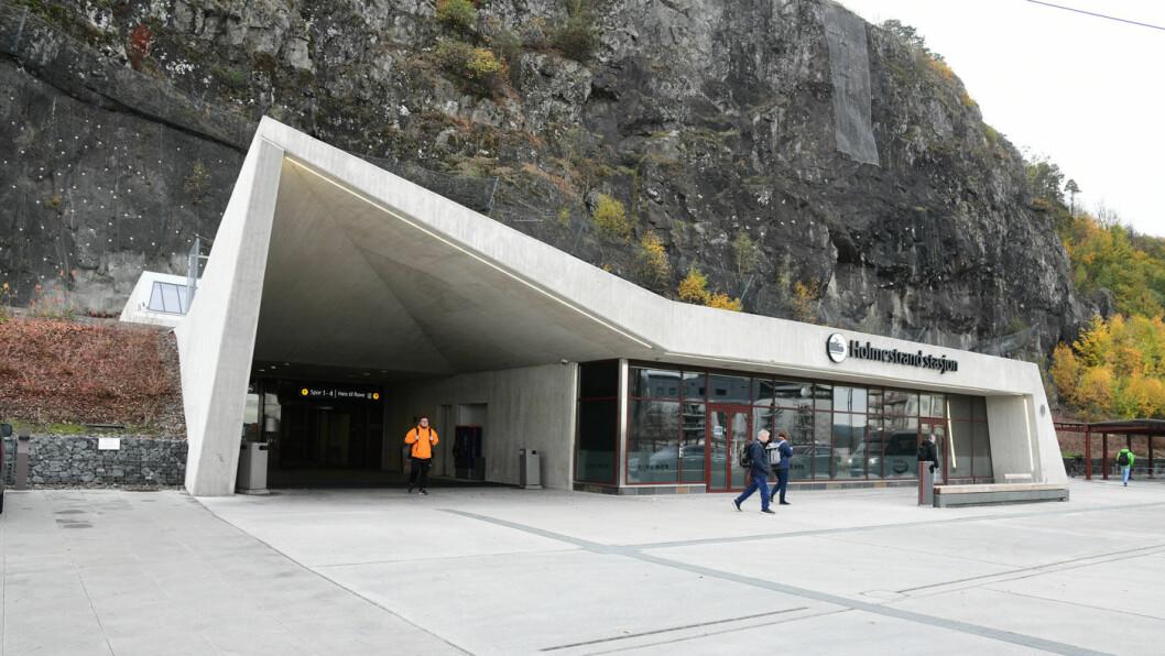 KNUTEPUNKT: Togstasjonen i Holmestrand er bygget inn i fjellet. Foto: Knut Opeide
