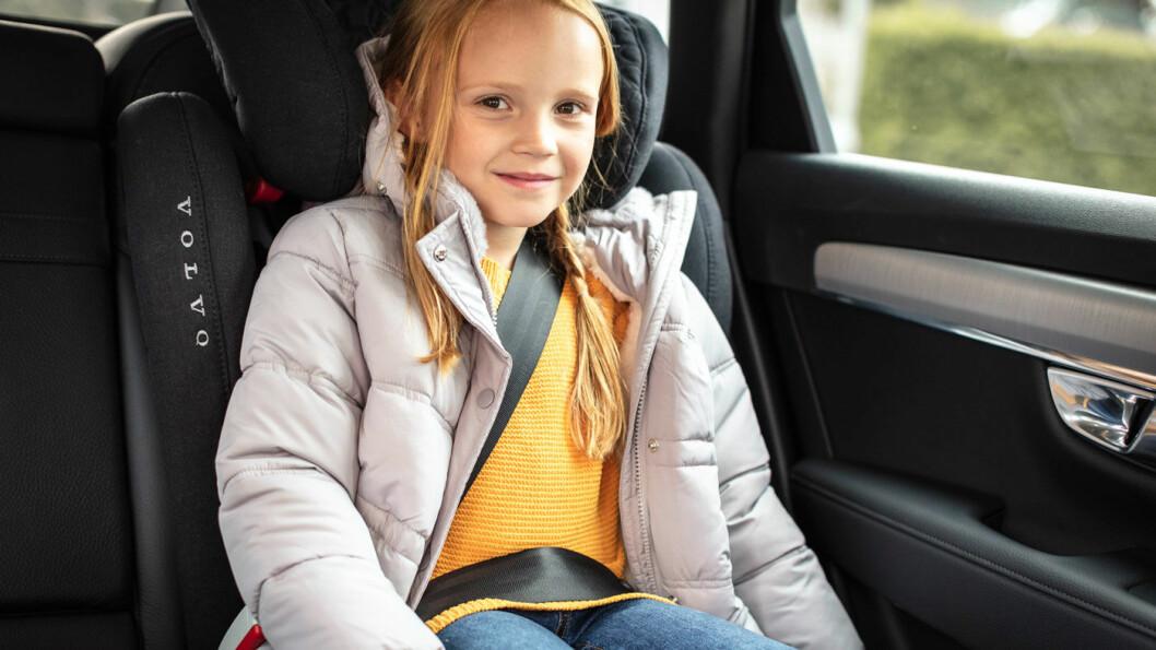 TYNNKLEDD OG SIKKER: Barn i sikkerhetsbelte skal ha så lite klær som mulig mellom belte og kropp. Tjukke klær gjør at sikkerheten reduseres. Foto: Volvia