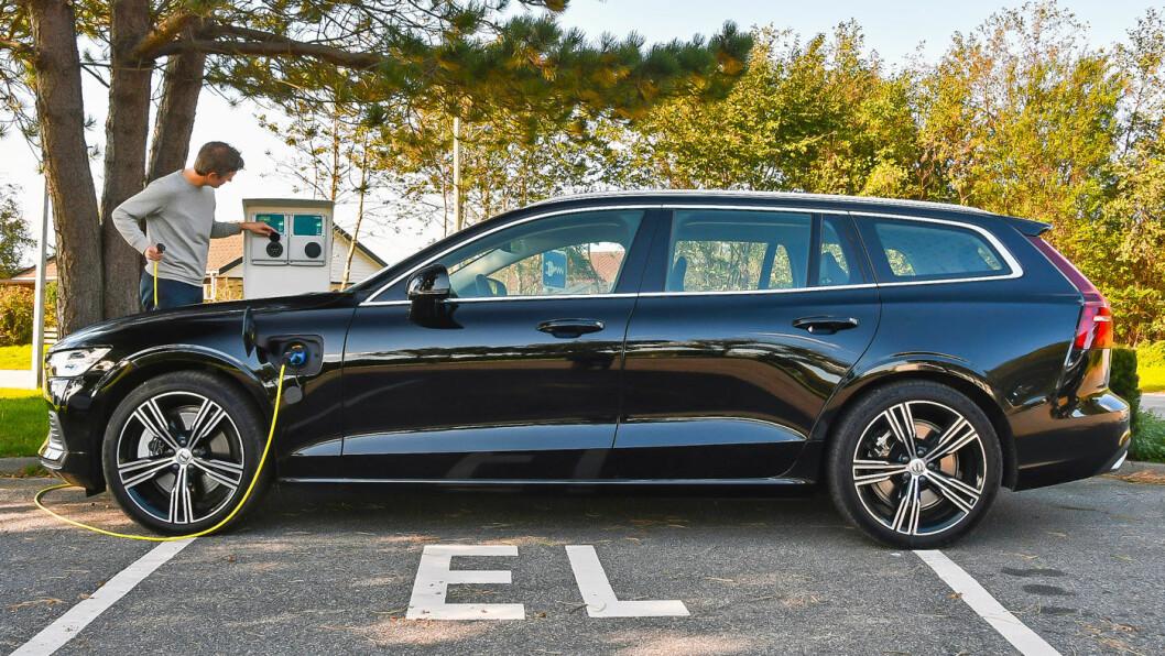 IKKE AKKURAT TIL HYTTA: En fulladet plug-in-utgave av nye Volvo V60 øser hverdagsturene elektrisk, men elmotoren overrasker ikke positivt i rekkeviddetest. Foto: Anders Helgesson