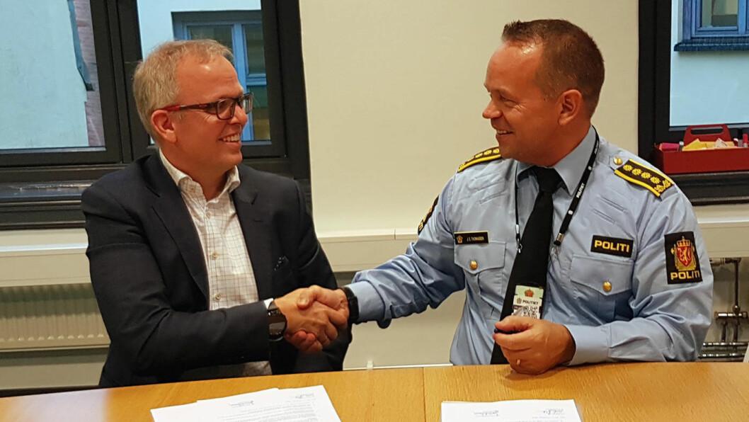 AVTALE: Eirik Håstein, produktdirektør for FINN motor, og Jan Eirik Thomassen, politiinspektør i Oslo politidistrikt, er godt fornøyd etter signering av den nye avtalen. Foto: FINN