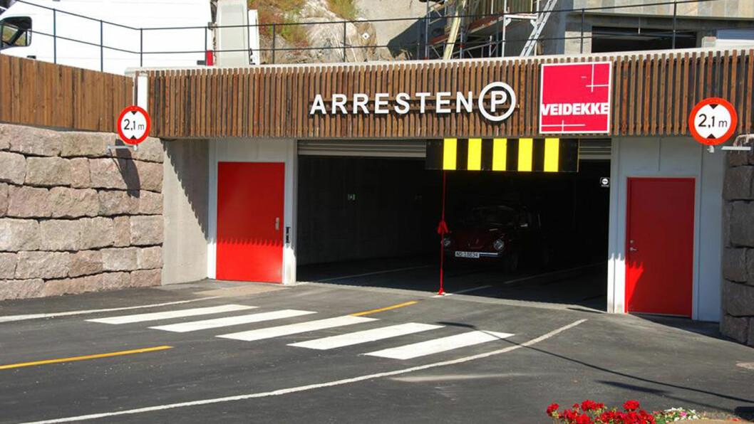 IKKE GRATIS: Regjeringen mener at elbileiere ikke skal være garantert halv pris i de kommunalt eide parkeringshusene, som her i Arresten parkeringshus i Grimstad. Foto: Grimstad kommune