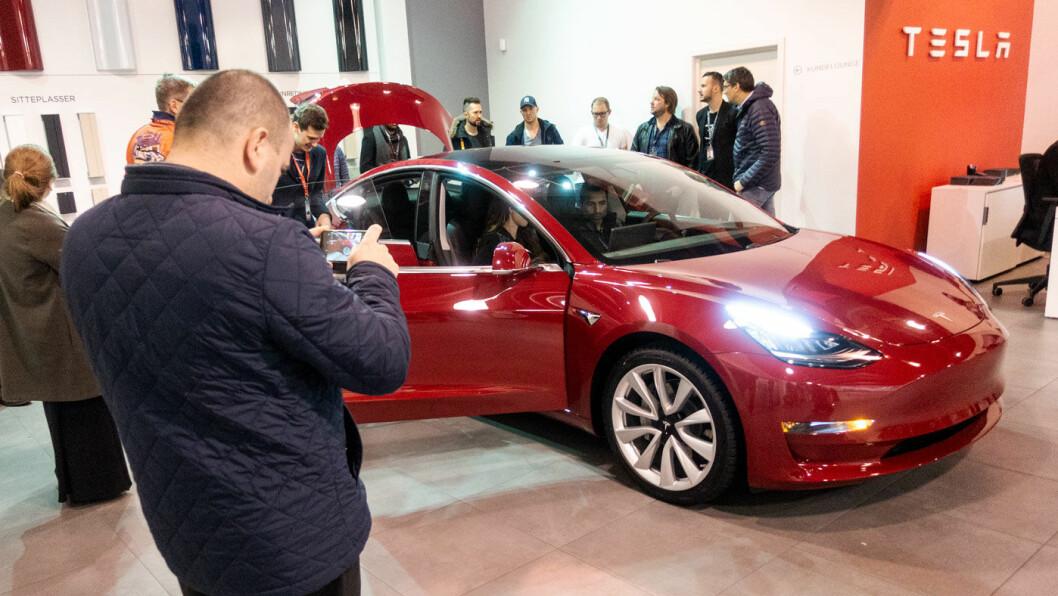 I OSLO: De første Tesla-entusiastene fikk se Model 3 i Oslo i går.