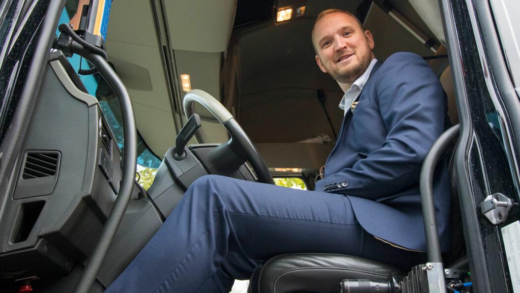 KARANTENE: Samferdselsminister Jon Georg Dale (FrP), her bak rattet på en lastebil, vil hindre at ukvalifiserte sjåfører slipper ut i trafikken. Foto: Samferdselsdepartementet