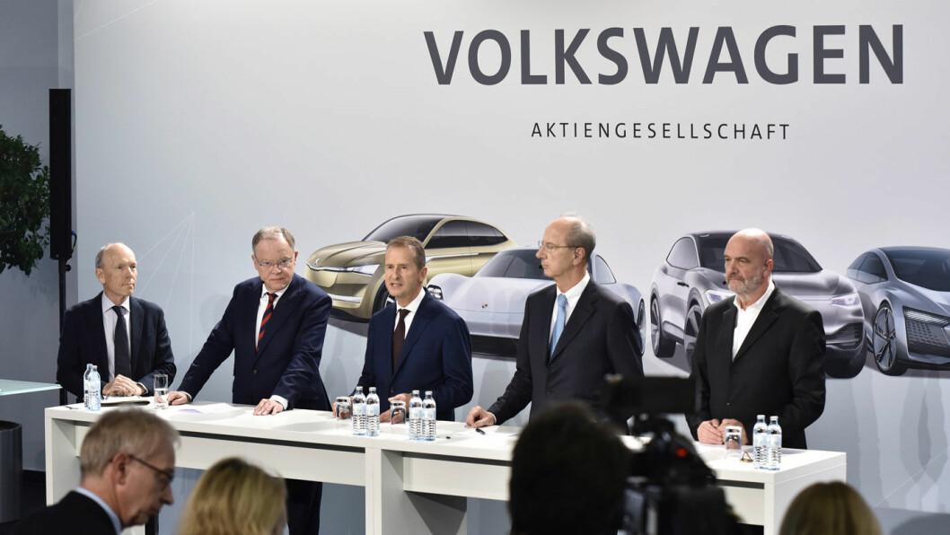 PLUGGER INN: Toppledelsen i Volkswagen AG, med konsernsjef Herbert Diess i midten, etter fredagens møte. Foto: Volkswagen AG