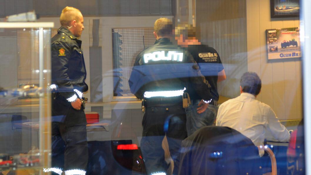 PÅGREPET: I 2016 ble bruktbilselger Geir Egil Olsen pågrepet i sine salgslokaler av politiet. Nå vurderer statsadvokaten tiltalebeslutningen. Foto: Stian Larsen, Agderposten