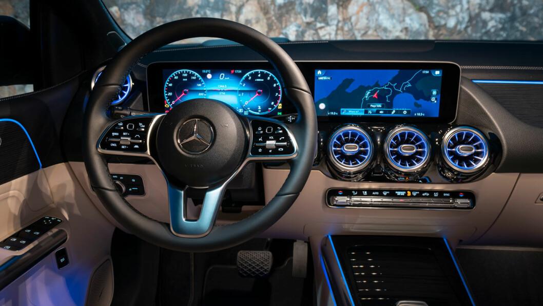 EKSKLUSIVT: Vi har sett dette instrumentpanelet i flere Mercedes-modeller, men fortsatt virker det friskt og eksklusivt.