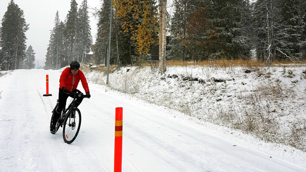 PÅ TO HJUL I SVINGEN: På vinterføre er det ingen tvil om at det er best med piggdekk på sykkelen, men det er ikke alle som har grep på snø og is, viser NAFs ferske sykkeldekktest.