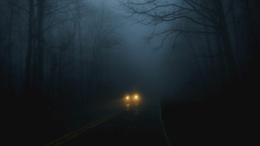 VÅTT OG MØRKT: Det blir tidligere mørkt, og den våte veibanen suger til seg lys. Første bud er å sørge for rene ruter og gode lykter. Foto: Chmyphotography/Unsplash