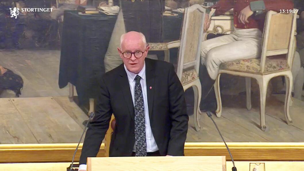 PLANKEKJØRING: Stortingets tredje visepresident Magne Rommetveit (Ap) klubber enighet blant landets folkevalgte om å følge EUs utslippsmål, etter fire minutters (fravær av) debatt.