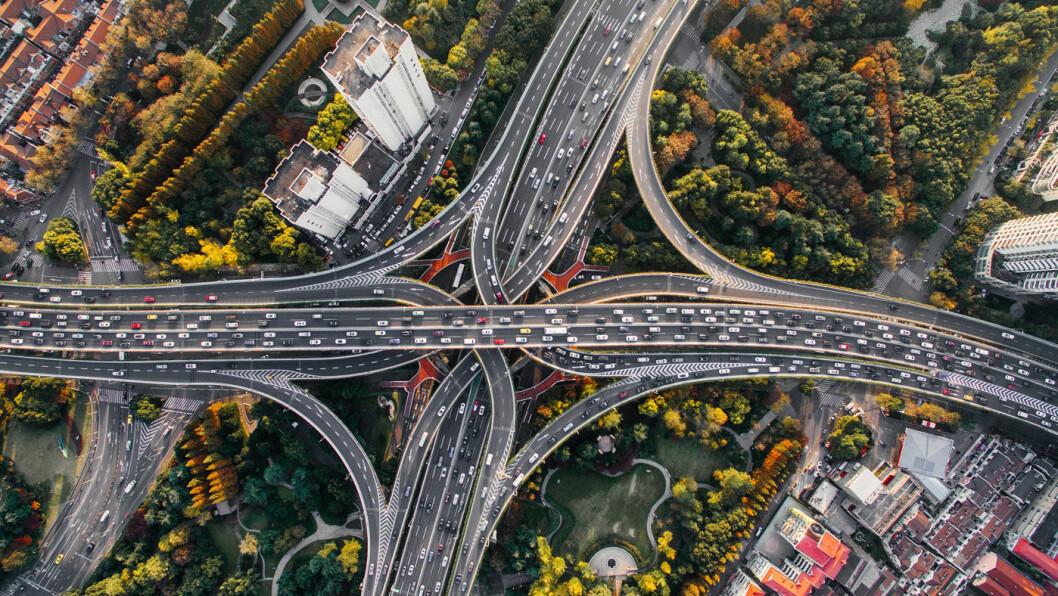 DEN STORE OVERSIKTEN: Det kan være tett mellom bilene på hovedveiene i Shanghai. Og alle blir sett… Foto: Denys Nevozhai, Unsplash