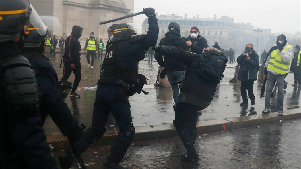 AVGIFTSBRÅK: Fransk opprørspoliti brukte køller, vannkanoner og tåregass for å spre demonstrantene i Paris. Minst 140 demonstranter ble pågrepet. Foto: AP / NTB scanpix