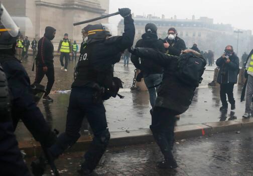 En drept, 133 skadd i voldsomme demonstrasjoner