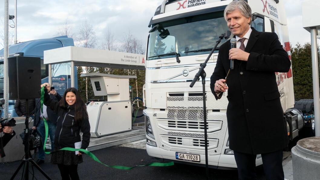 GRØNN TRÅD: Klima- og miljøminister Ola Elvestuen klipper snora ved Norges første fyllestasjon for flytende biogass, med en fornøyd byråd Lan Marie Ngyuen Berg som snorholder. Foto: Peter Raaum