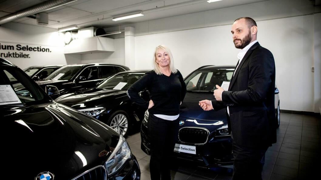 LEASING? Ida Schøyen er en av mange som er nysgjerrig på leasing, her med bruktbilekspert Mats Leikfoss hos Bavaria Romerike.