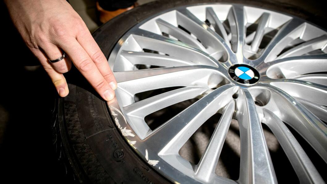 KANTKJØRT: En felg med en slik skade vil gi påkost. Hvis man kantkjører felgen kraftig, kan hjulstillingen bli slått litt ut av kurs. Det bør sjekkes med en gang.