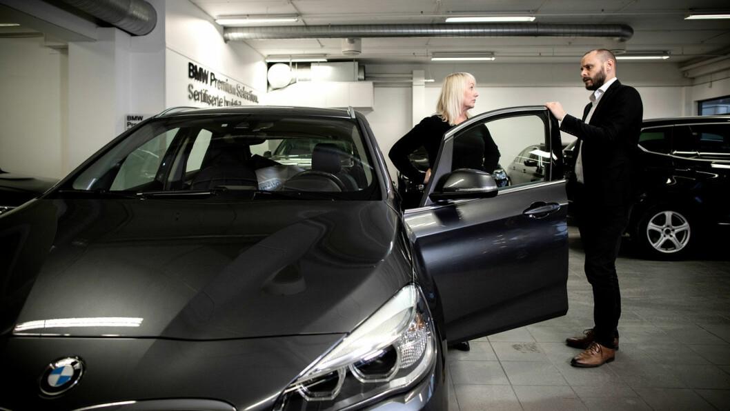 TIL TAKSERING: Alle biler blir taksert når de leveres tilbake. Blir det uenighet om taksten kan kunden få en ny og uavhengig takst, forklarer Mats Leikfoss til Ida Schøyen.