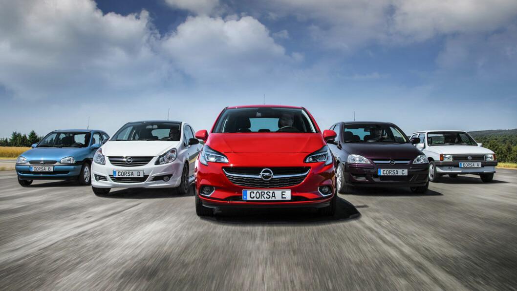 ELEKTRISK: I løpet av 2019 kommer Opel Corsa i heleelektrisk versjon. Den blir ifølge Opel en rimelig folkebil. Her er dagens generasjon Corsa i midten, flankert av de fire foregående. Foto: Opel