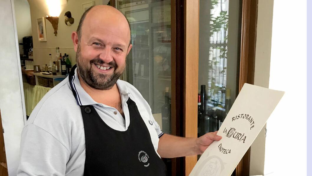 BENVENUTI: Maximillian ønsker velkommen til lunsj på restauranten Osteria La Curia i Acqui Terme.