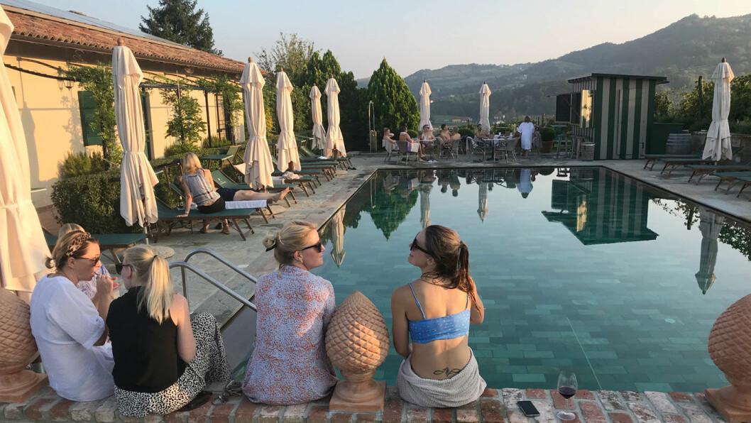 PÅ BASSENGKANTEN: Solen er i ferd med å gå ned, og ved bassengkanten på Villa la Madonna fanger denne jentegjengen de siste strålene.