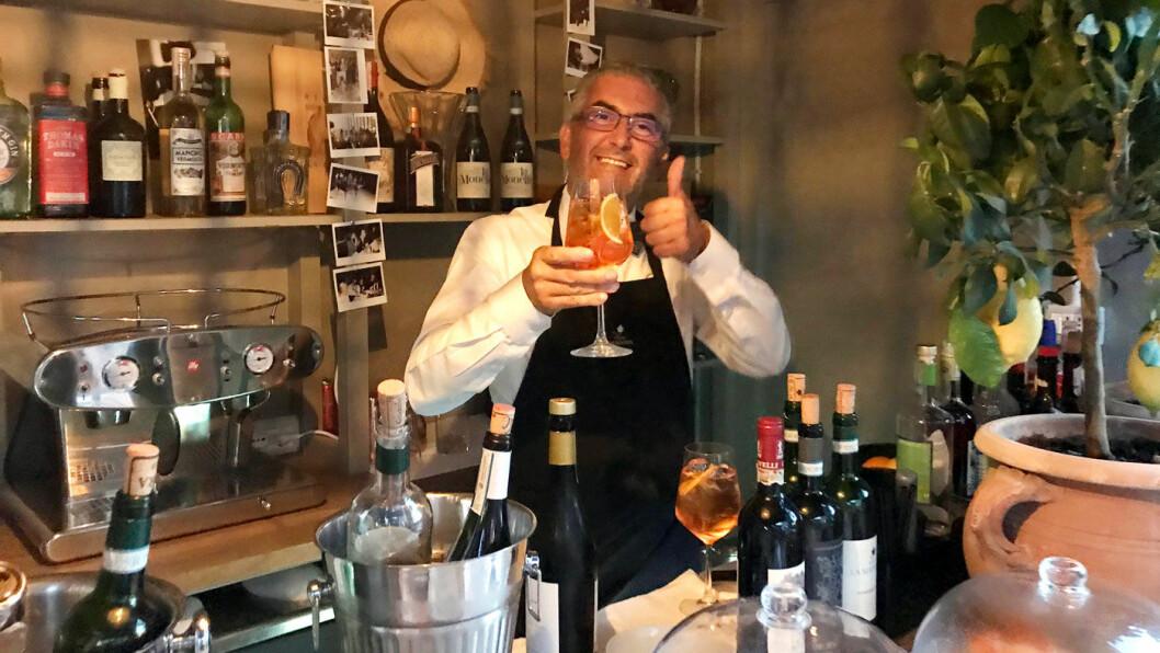 GOD KVELD: Gregorio frister med vin og tapas ved bassengkanten på det svenskeide Villa La Madonna.