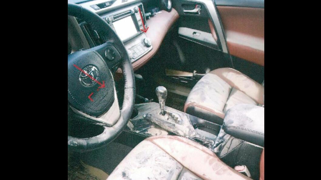 DUKKERT: I 2015 ble den ett år gamle SUV'en Toyota RAV 4 bilen fylt med flomvann. Bildet viser at det var ferskvann og muligens også brakkvann – en blanding av saltvann og ferskvann – halvveis opp på rattet i bilens kupé.