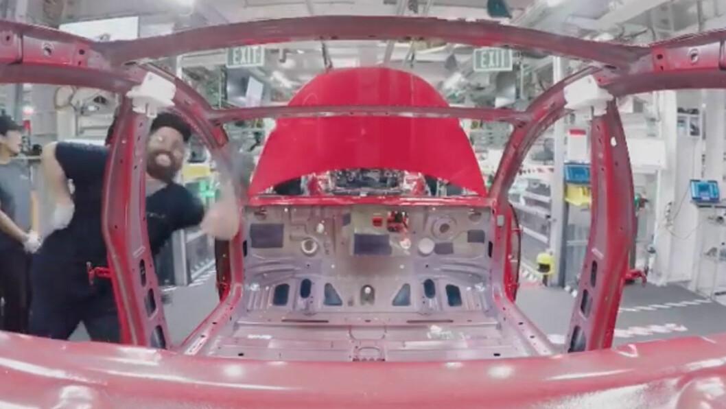 OPP MED FARTEN: Over 5000 utgaver av Model 3-modellen lages nå hver uke her på Freemont-fabrikken. Foto: Skjermdump av film fra Tesla Motors