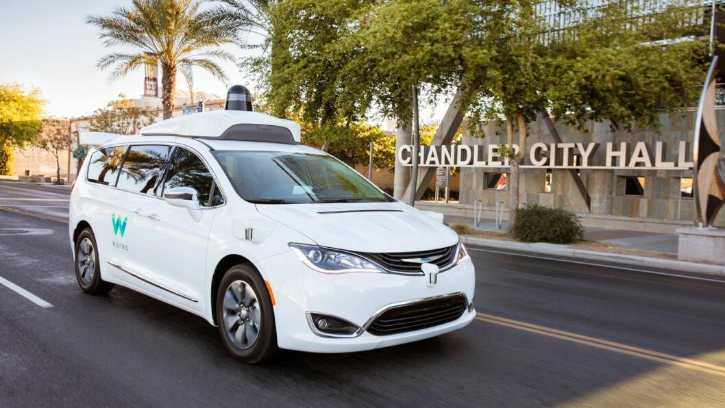 UTE PÅ TUR: Waymo, et av de største selskapene innen utvikling av autonome kjøretøy, eies av Google. Her er en Waymo-bil foran rådhuset i Chandler. Foto: Waymo