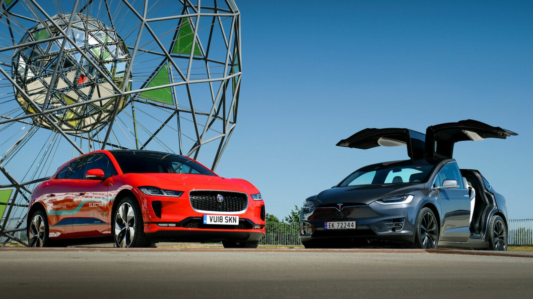 ØKER I PRIS: Elbiler til over 600.000 kroner, her representert ved Jaguar I-PACE (t.v.) og Tesla Model X, vi ifølge Hurdalsplattformen få et momspåslag.
