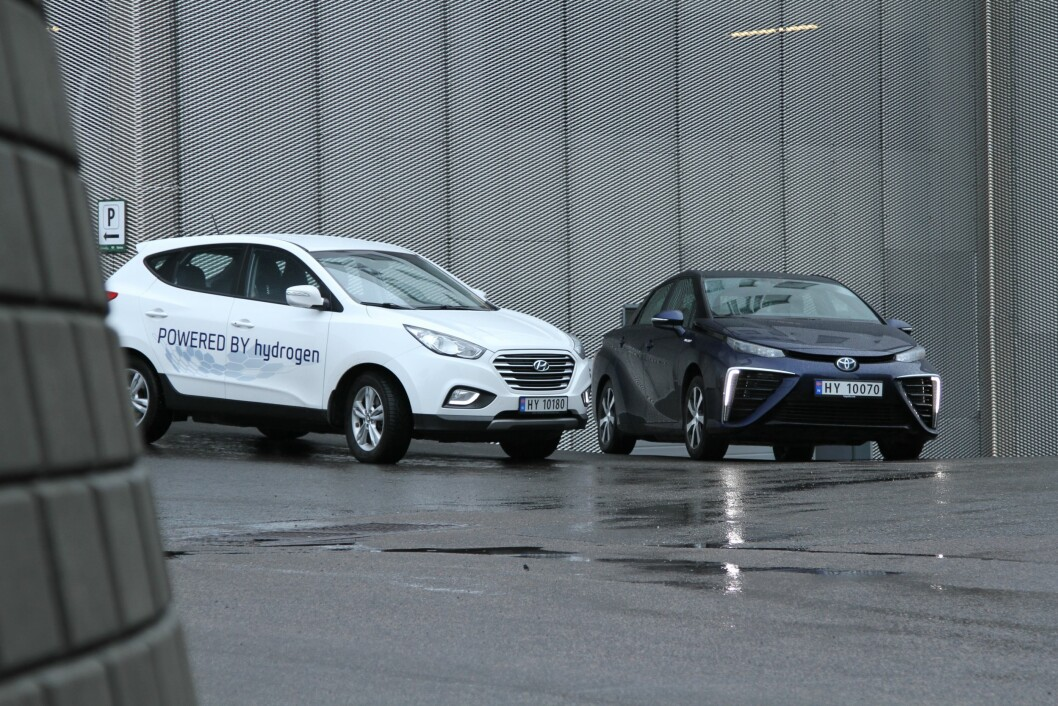PÅ NORSKE VEIER: Hydrogen-elektriske Hyundai iX35 og Toyota Mirai er nå på norske veier. Dyre, men med lang rekkevidde. Foto: Rune Korsvoll