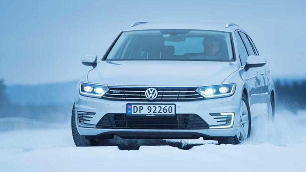 FORNYES: Dagens VW Passat var en Norgesfavoritt til det siste, men kommer i ny utgave i januar. Men fortsatt har det verken kommet bilder av bilen eller sentrale data om drivlinjer. Her er VW Passat GTE plug-in fra vår test av modellen i 2017. Foto: Jon Terje Hellgren Hansen