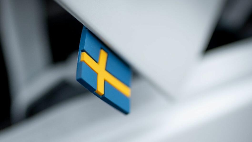 SIGNATUR: Det svenske flagget er en liten detalj på de nyeste modellene fra det kinesiskeide Volvo-konsernet. Foto: Jon Terje Hellgren Hansen