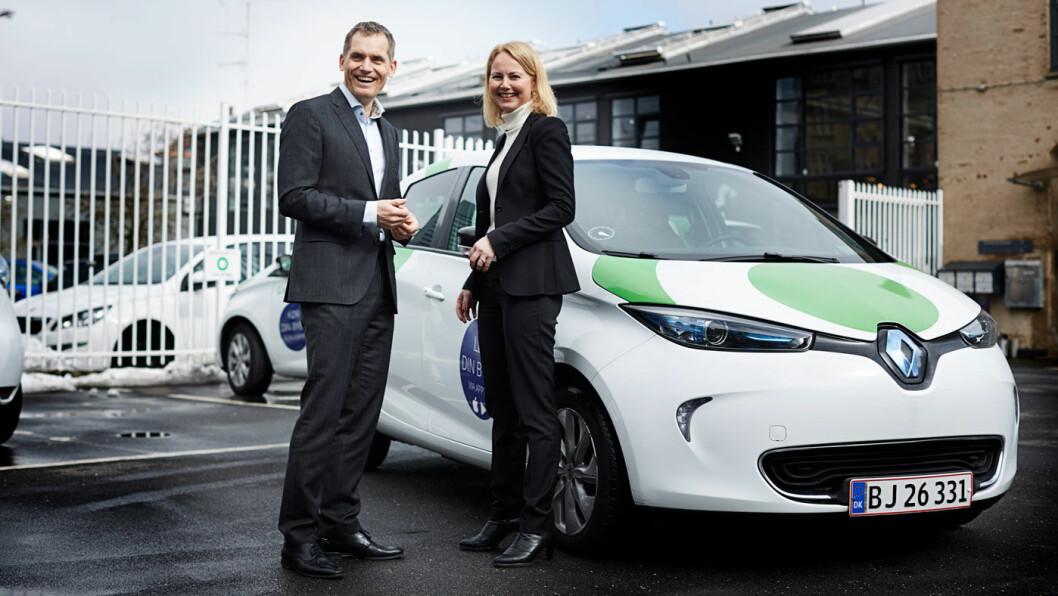 NY TJENESTE: GreenMobility-sjef Torben Andersen og Synne Homble, konserndirektør for mobilitet og strategi i NSB, foran en av bilene som nå blir tilgjengelige i Oslo. Foto: NSB