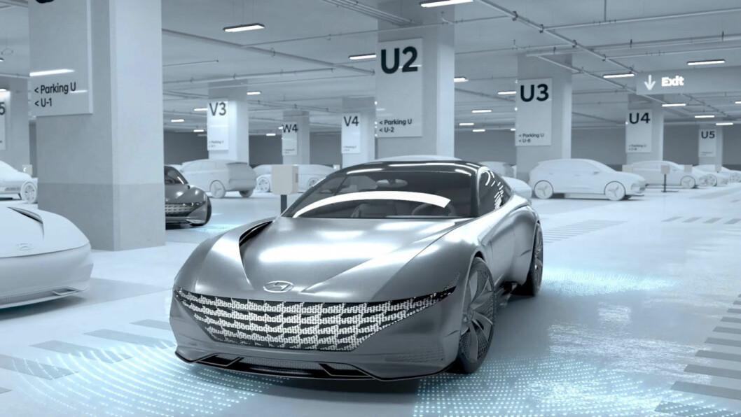 PARKERINGSENGEL: Ved hjelp av systemet vil bilen flytte seg selv til en ledig parkeringsplass.
