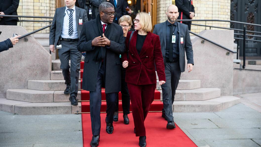 VIL TA GREP: Anniken Huitfeldt (Ap), her med fredsprisvinner Denis Mukwege på vei ut av Stortinget, vil ha skjerpet kontroll av kobolt som brukes i elbiler og mobiltelefoner. Foto: Stortinget