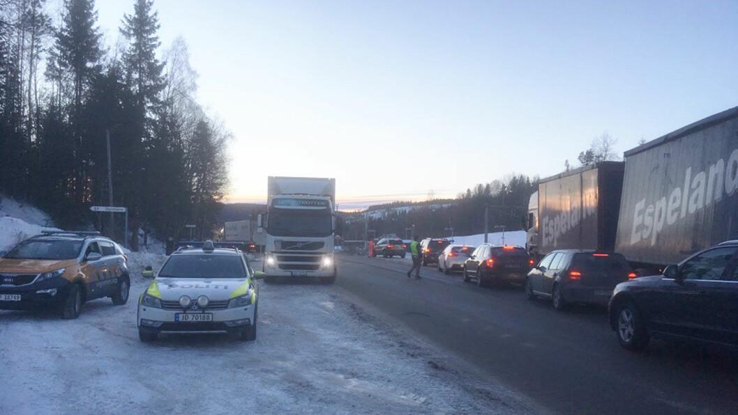 KØ OG TRENGSEL: Forbered deg på kø hvis du skal kjøre mellom Oslo og skidestinasjonene Sjusjøen, Hafjell og Kvitfjell de neste ukene. Nå er begge hovedveiene –her fra riksvei 4 på Hadeland –delvis stengt på grunn av veiarbeid. Foto: Ronny Nilsen