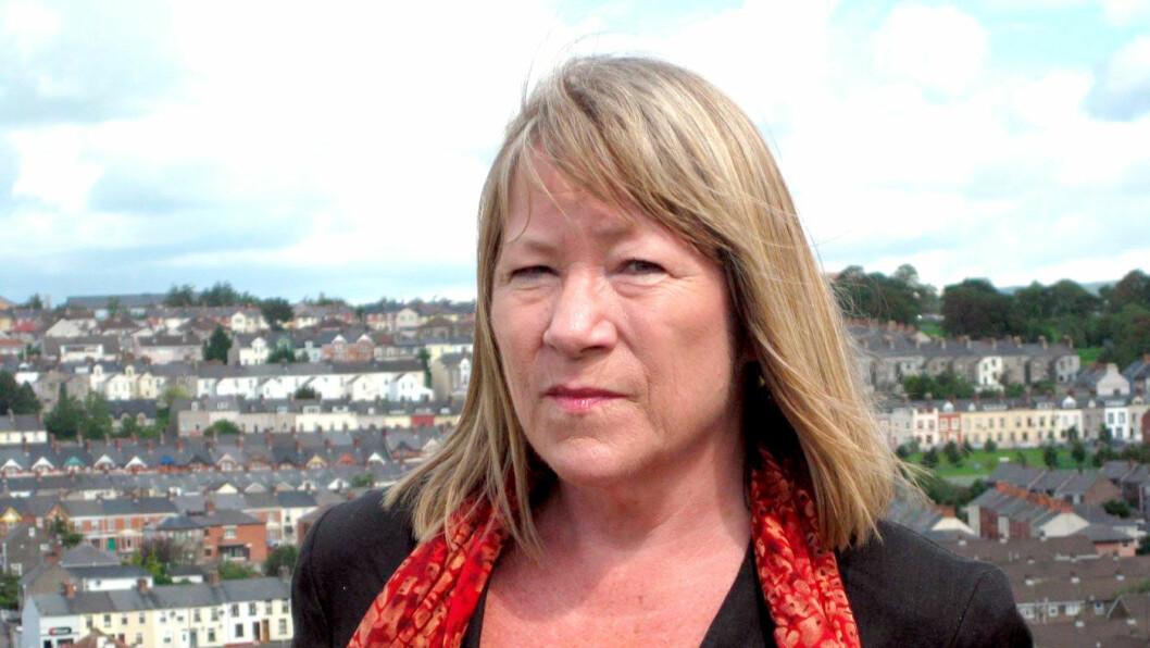 KUNNSKAPSRIK GUIDE: Annette Groth, journalist og tidligere NRK-korrespondent, tar oss med til personlige møter med folk som selv har opplevd konfliktene i Nord-Irland.