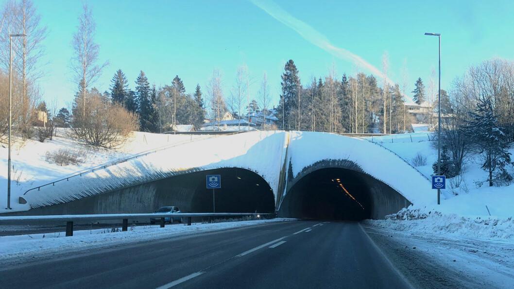 NORSKTOPPEN: Ingen steder suser flere biler forbi en operativ fotoboks enn i Rælingstunnelen på riksvei 159 mot Lillestrøm. Her røk 71 førerkort i 2018.