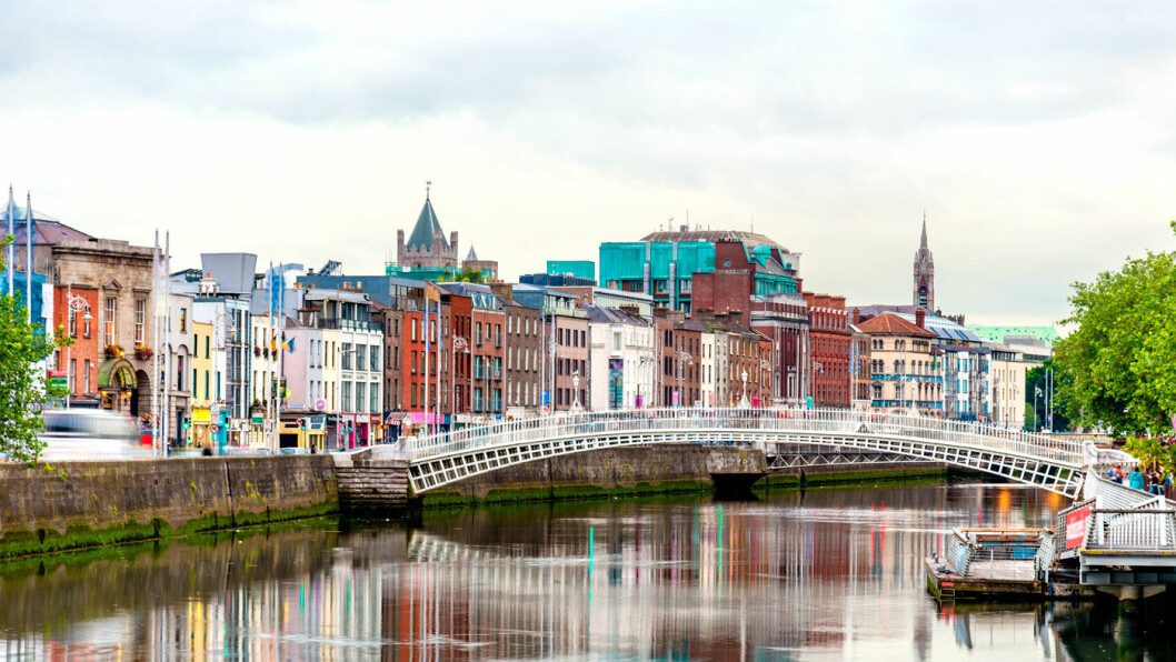 FARGERIKE DUBLIN: Elven Liffey deler byen. Gangbroen Ha'penny Bridge ble bygget allerede i 1816.