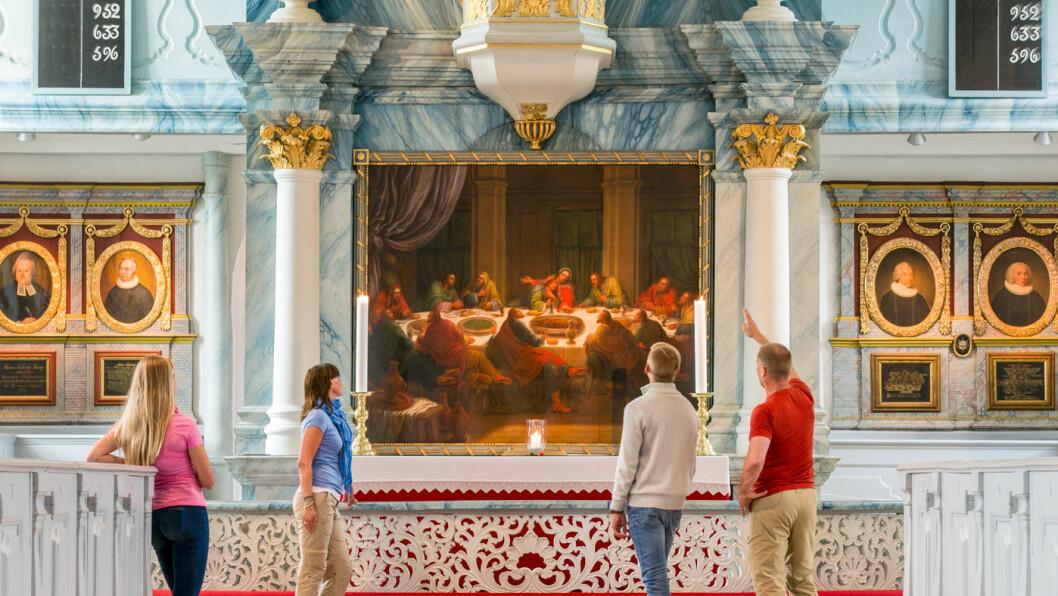 RØROS KIRKE: Altertavlen viser Innstiftelsen av nattverden og ble malt av Johan Jørgen Lyng i 1792. Foto: CH/Visit Norway.com