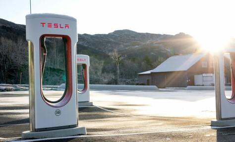 Tesla halverer ladeprisene på enkelte dager