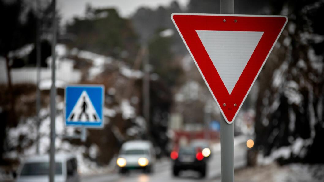 HOLD VIKEPLIKTEN: Brudd på vikeplikten gir deg tre prikker i førerkortet. Foto: Tomm W. Christiansen