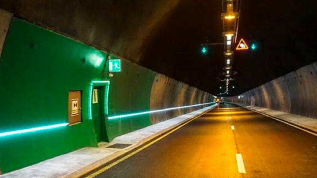 LØSNINGEN? En ledelist kan være avgjørende viktig når brannalarmen går i en av Norges mange og lange tunneler. Foto: Gemini.no/SINTEF
