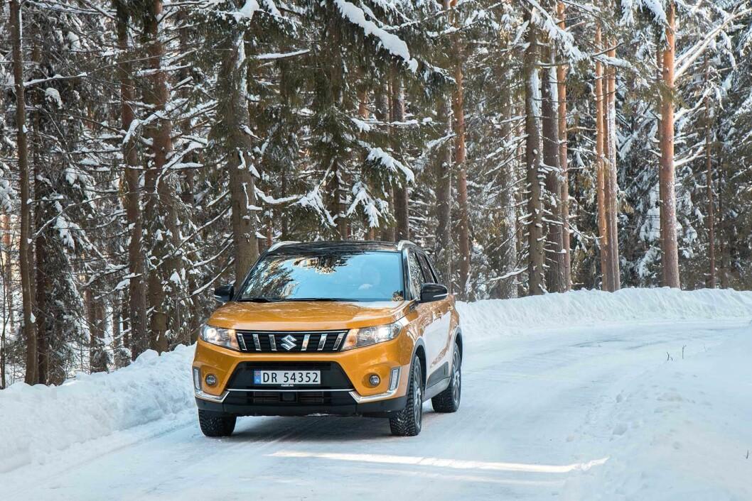 NY MODELL AV KLASSIKER: Etter noen timer i nye Suzuki Vitara 4x4, både på motorvei og snøkledde skogsveier, kan vi si at denne jubilanten er et sikkert, trygt og økonomisk godt valg. Foto: Sara Magnusson