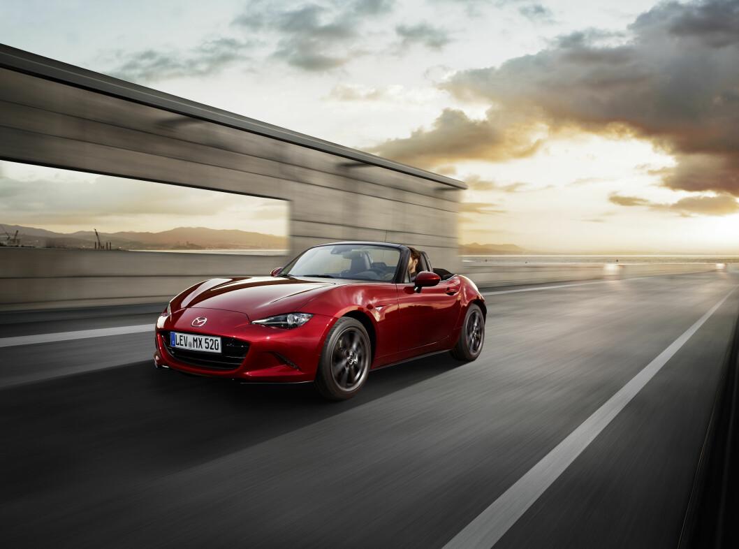 SUKSESS-OPPSKRIFT: Mazda MX-5 er en liten, lett toseter med bakhjulstrekk og sportslige kjøreegenskaper. Foto: Mazda
