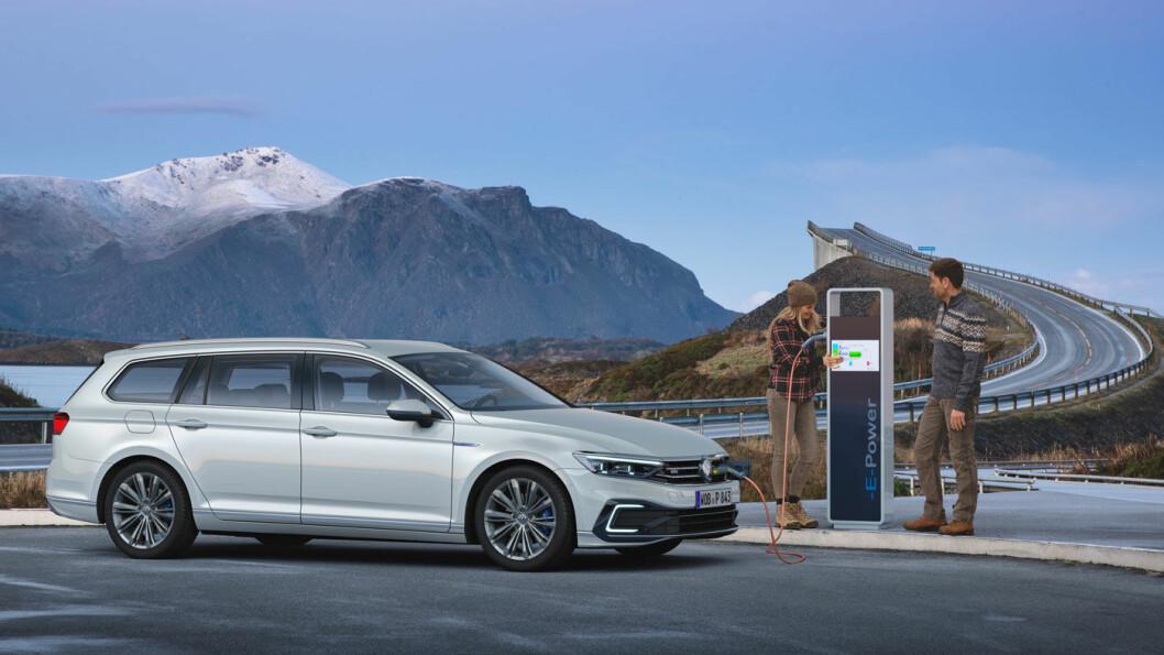 FINSTAS: Med Storseisundbrua, den kanskje mest kjente av de åtte bruene på Atlanterhavsvegen som kulisse, viser Volkswagen fram nye VW Passat GTE.