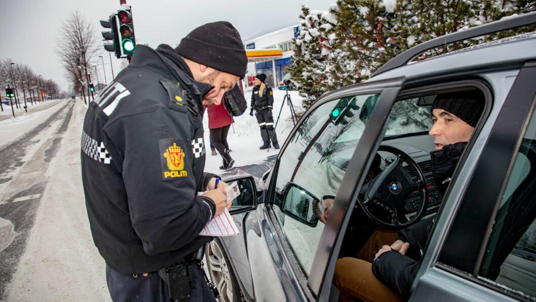 OVERRASKET: Svein Arne Nørsteng får 1700 kroner i bot og to prikker i førerkortet for ulovlig bruk av mobiltelefon. Han er overrasket over å bli avslørt.