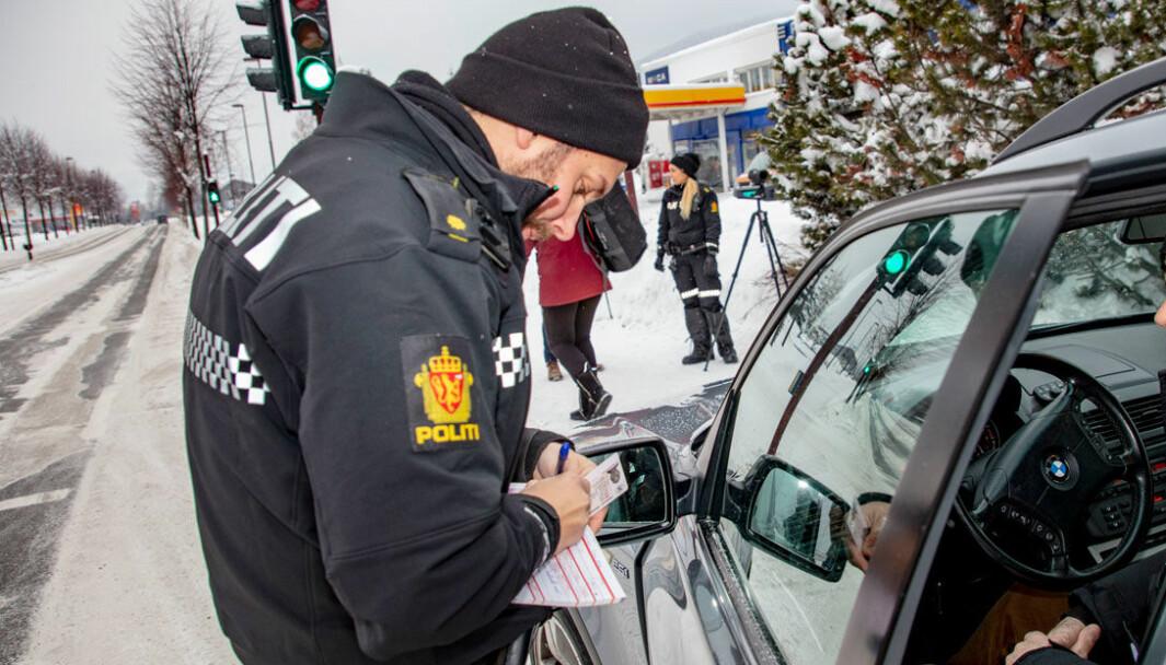 INGEN DISKUSJON: UP i aksjon – med fysisk kontroll på førerkortet fra en sjåfør som var litt for hard på gassen.