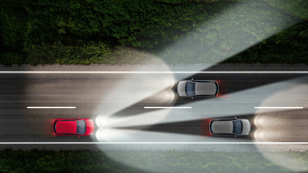 MASKERES: Her ser vi hvordan både en møtende bil og en bil som innhentes, maskeres, mens omgivelsene forblir opplyst. Foto: Opel