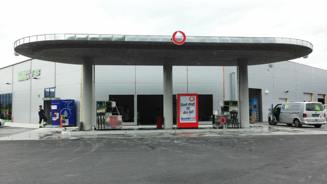 FIKK FEIL: Rundt 40 bilister fikk bensin på dieseltanken på denne bensinstasjonen utenfor Molde. Nå må alle bilene repareres. Foto: Bunker Oil