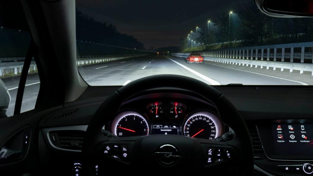 2019: Slik ser det ut fra førerplass i en Opel Astra med Intellilux LED Matrix. Astra var også først ute i sin klasse med denne teknologien i 2015.